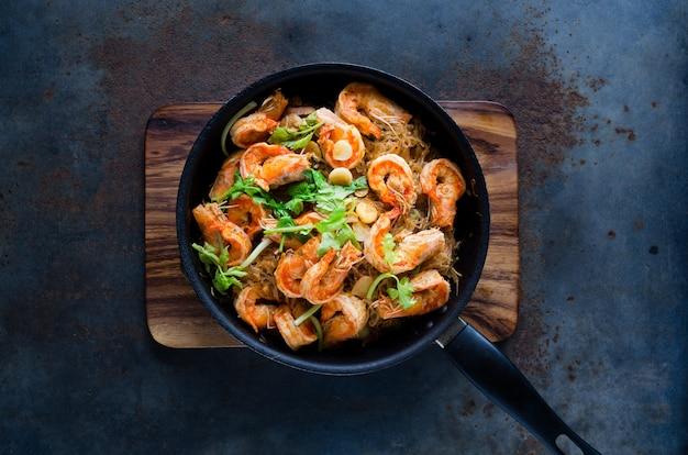 Crevettes en cocotte avec des nouilles de verre.
