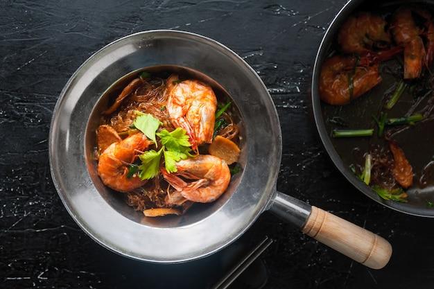 Crevettes en cocotte avec nouilles de verre