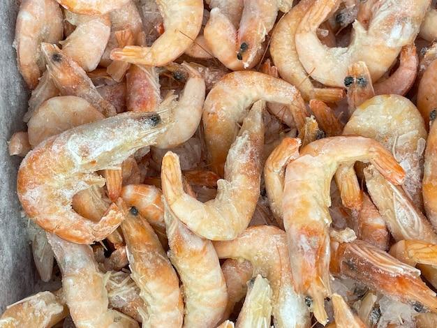 Crevettes congelées sur la vitrine libre contexte