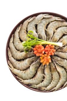 Crevettes et crevettes crues dans une assiette