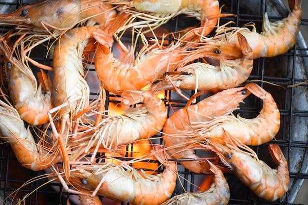 Crevettes crevettes cuites brûlées sur le barbecue