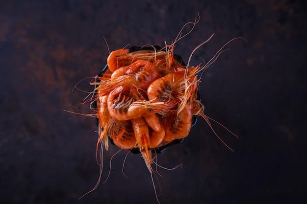 Crevettes crevettes cuites. crustacés et fruits de mer. nourriture de fête d'été