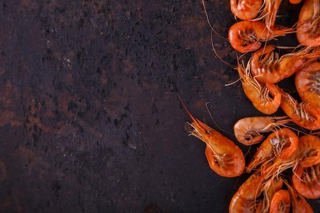 Crevettes crevettes cuites dans un bécher en verre