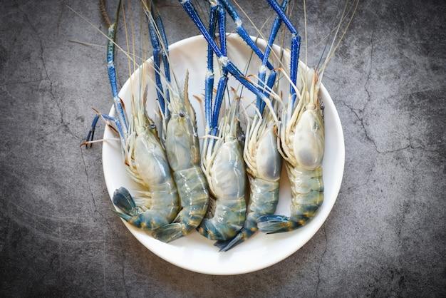 Crevettes crevettes fraîches pour la cuisson à l'obscurité