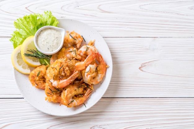 Crevettes ou crevettes frites avec sauce