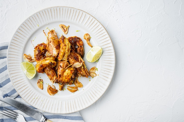 Crevettes ou crevettes à la mangue collante, sur assiette, on white