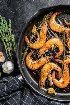 Crevettes, crevettes scampi plat traditionnel frit dans une pâte à l'ail avec du citron et du persil. la nourriture saine