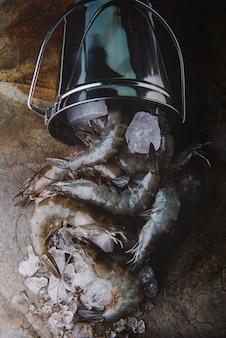 Crevettes ou crevettes et seau à glace.