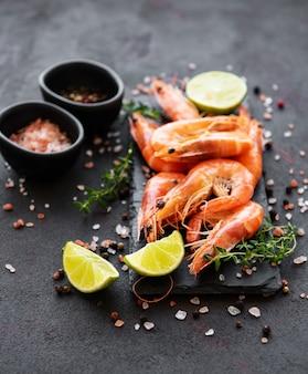 Crevettes ou crevettes servies avec du citron