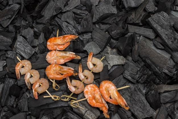 Crevettes et crevettes tigrées sur charbon de bois. copiez l'espace.