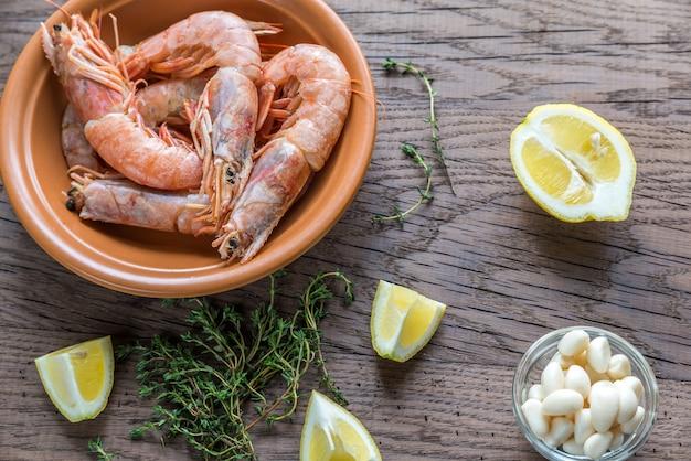 Crevettes crues aux quartiers de citron