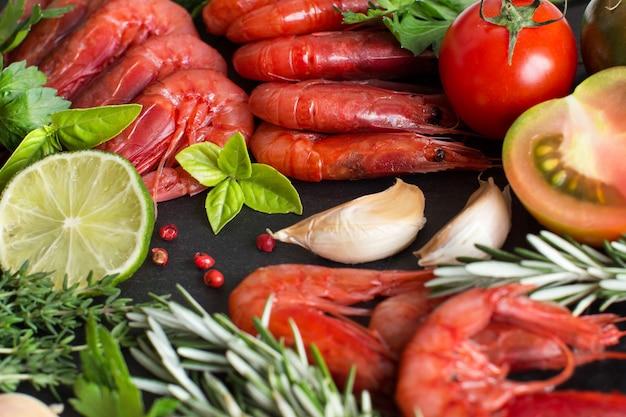 Crevettes crues aux tomates, citron vert et herbes se bouchent