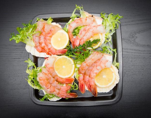 Crevettes crues fraîches sur la coquille prête comme apéritif