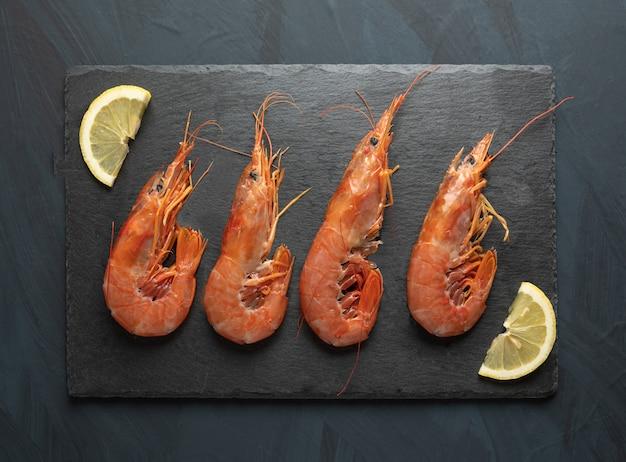 Crevettes crues fraîches préparées pour la cuisson, sur planche de pierre noire