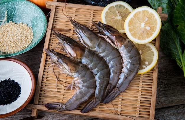 Crevettes crues fraîches serties de légumes.