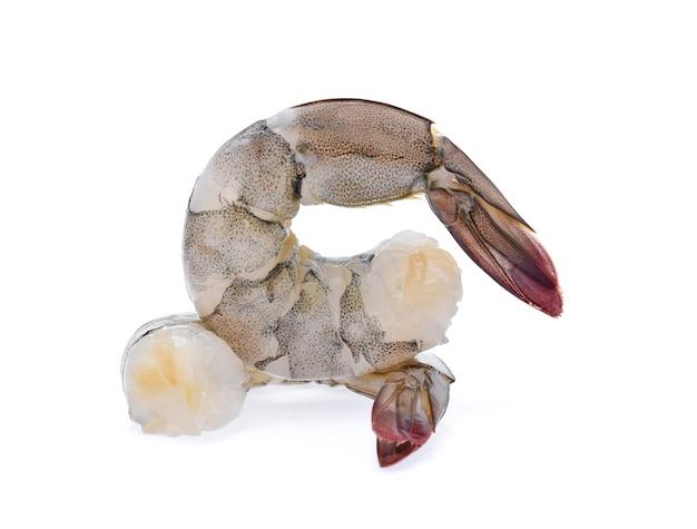 Crevettes crues isolés sur blanc
