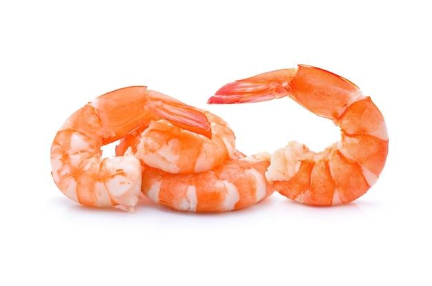 Crevettes cuites isolées sur blanc.