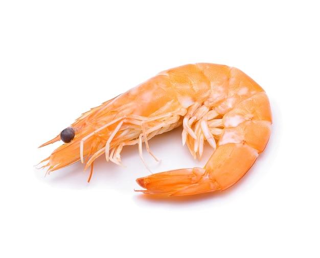 Crevettes cuites isolées sur fond blanc.
