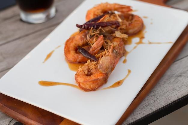 Crevettes cuites et servies avec une sauce aux fruits sucrée