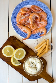 Crevettes cuites avec des tranches de citron