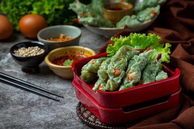 Crevettes cuites à la vapeur dim sum avec matières premières.