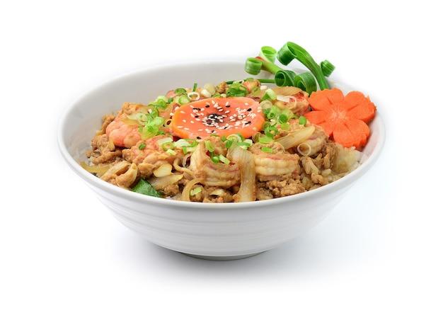 Crevettes don bol de riz japonais style donburi décorer avec des carottes sculptées