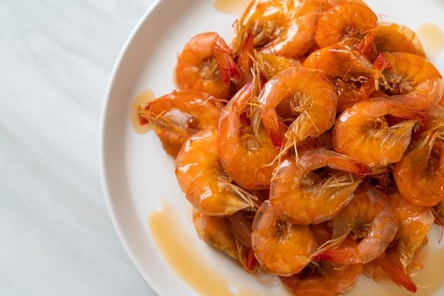 Les crevettes douces sont un plat thaïlandais qui cuisine avec de la sauce de poisson et du sucre - style de cuisine asiatique