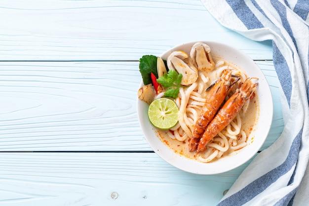 Crevettes épicées nouilles udon ramen (tom yum goong)