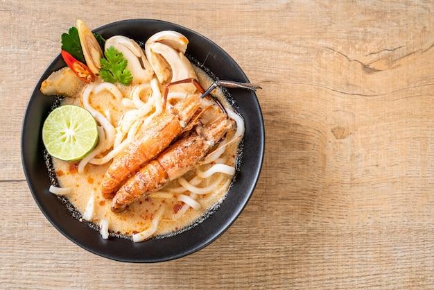 Crevettes épicées udon nouilles ramen (tom yum goong)