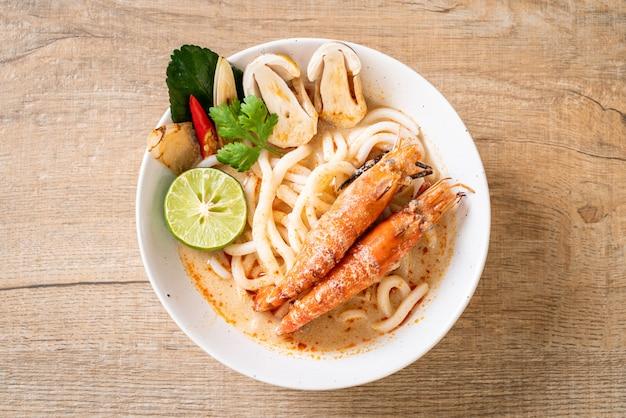 Crevettes épicées udon ramen nouilles