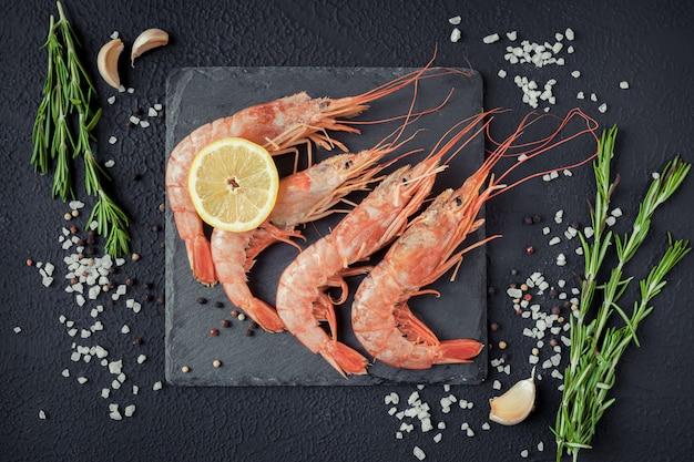 Crevettes sur un fond noir avec des épices