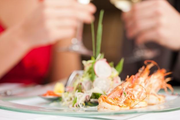 Crevettes fraîches sur une assiette de service