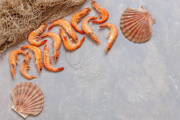 Crevettes fraîches, coquilles saint-jacques et résille.