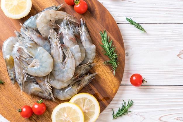 Crevettes fraîches ou crevettes crues sur une planche de bois