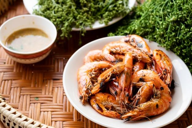 Crevettes fraîches en eau douce avec feuille de neem