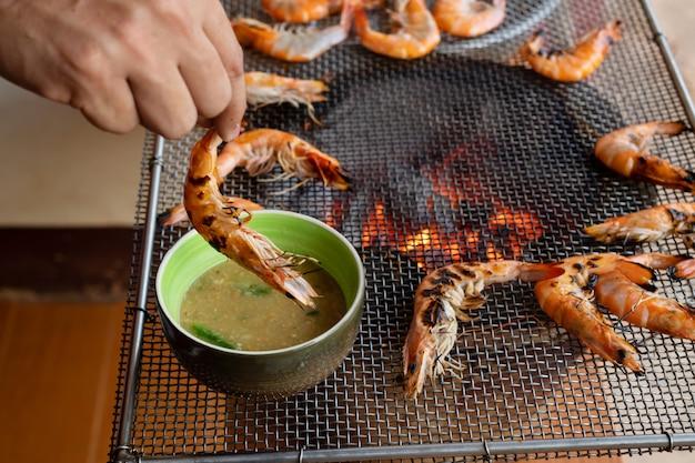 Crevettes fraîches de l'eau douce sur le poêle grill