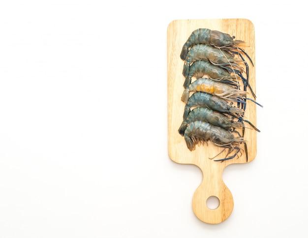 Crevettes fraîches sur une planche à découper