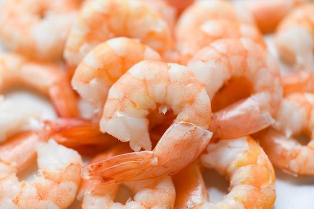 Crevettes fraîches servies sur une assiette, crevettes bouillies pelées cuites au restaurant de fruits de mer