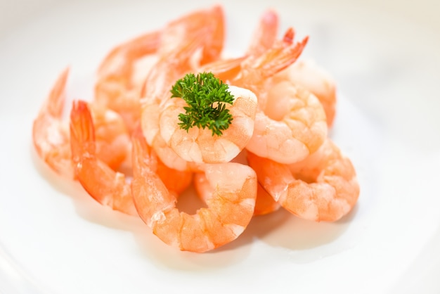 Crevettes fraîches servies sur assiette. crevettes décortiquées bouillies cuites au restaurant de fruits de mer