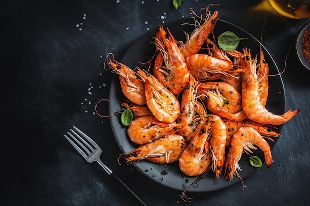 Crevettes frites aux épices sur plaque