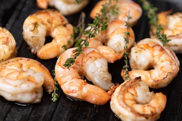 Crevettes frites aux herbes, vue rapprochée.