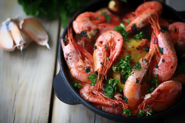 Crevettes frites chaudes dans des coquilles avec des épices dans une poêle