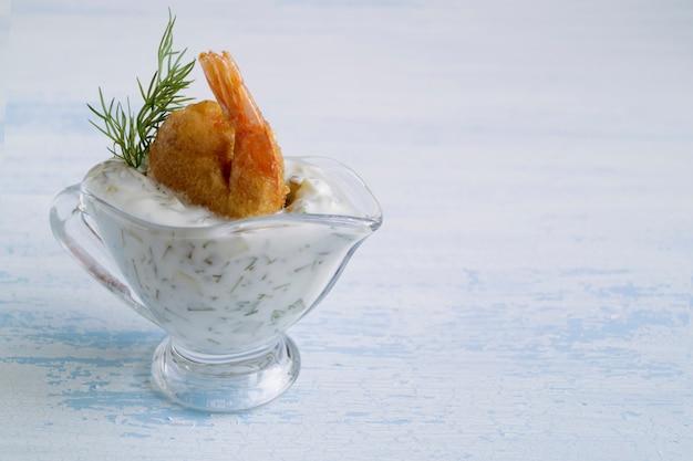 Crevettes frites dans une pâte à la sauce tartare