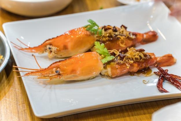 Crevettes frites dans une sauce au tamarin avec des herbes