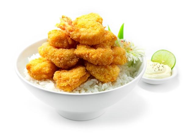 Crevettes frites sur le dessus de la recette de riz servi avec trempette mayonnaise sauce style cuisine japonaise décorer des légumes sculptés en forme de fleur de poireau vue latérale