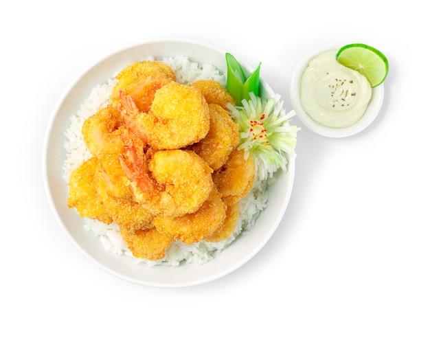 Crevettes frites sur le dessus de la recette de riz servie trempette mayonnaise sauce style cuisine japonaise décorer des légumes sculptés en forme de fleur de poireau vue de dessus