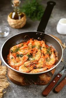 Crevettes frites à la sauce tomate avec ail aneth et jus de citron