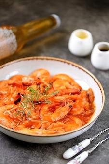 Crevettes frites à la sauce tomate avec oignon à l'ail et jus de citron