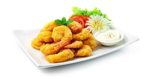 Crevettes frites servies sauce trempette mayonnaise style cuisine japonaise décorer des légumes sculptés en forme de fleur de poireau sideview