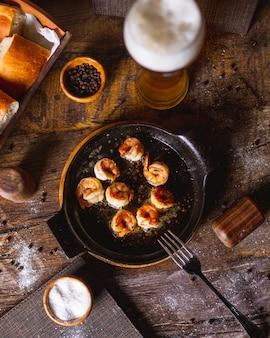 Crevettes frites servies avec un verre de bière 1